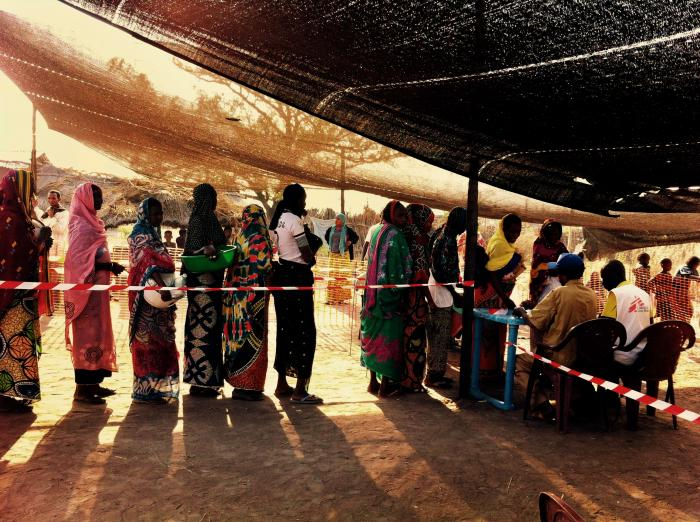 Mennesker i kø for Leger Uten Grensers matutdeling i Kabo i den Sentralafrikanske republikk.