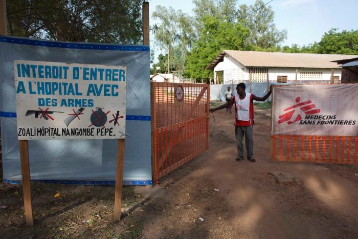 Lokalt ansatt hos Leger Uten Grenser i porten til et sykehus i Bossangoa