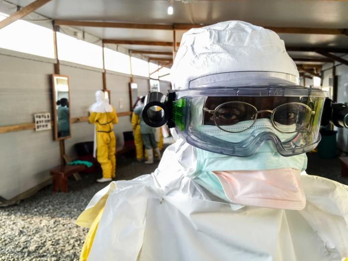 En hjelpearbeider i beskyttelsesdrakt på et ebolasenter.