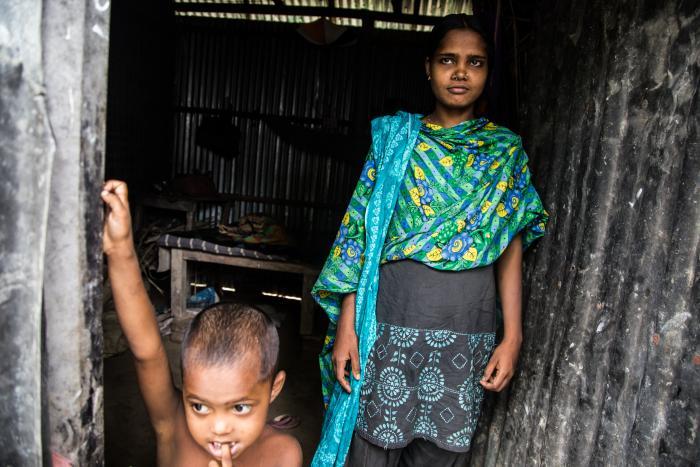 FRISK: Småbarnsmoren Nilofa (25) fra Bangladesh er en av pasientene til Leger Uten Grenser som har blitt frisk fra kala azar. – Jeg ble først smittet for tre år siden, og ble kurert. Men innen et år utviklet jeg følgesykdommen PKDL. Jeg oppdaget flekker i huden og var redd det var en soppsykdom, sier Nilofa. Foto: Igor Barbero