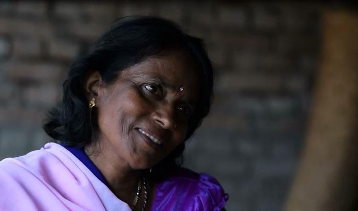 - Jeg hjelper mennesker med å identifisere symptomene på riktig måte, og forteller dem hva de skal gjøre, sier Kisto Devi. I ti år har hun spredt helsebudskap i sangform i India. Foto: Matthew Smeal/Leger Uten Grenser