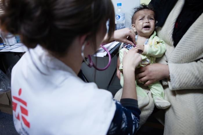 En lege fra Leger Uten Grenser undersøker et lite barn.