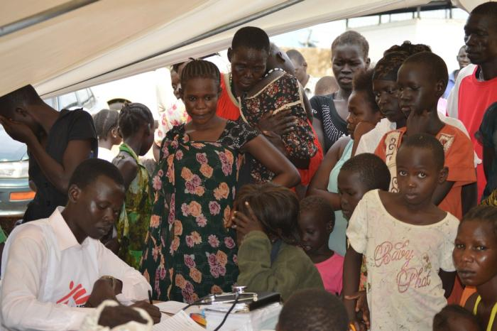 En hjelpearbeider fra Leger Uten Grenser driver mobil klinikk for mennesker rammet av stridighetene i Juba.
