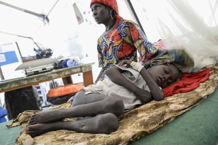 REDD FOR ANGREP: Syv år gamle Mustafa Mohammad veier 14,5 kilo. Hun ble overført fra hjemstedet Monguno til ernæringssenteret vårt i Maiduguri i Nigeria. Tre av hennes syv søsken er døde, og familien lever i frykt for angrep fra Boko Haram. Foto: Aurelie Baumel