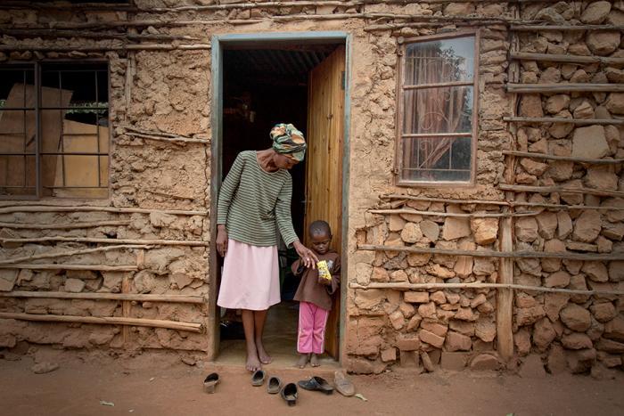 SNAKKER TEGNSPRÅK SAMMEN: Winile (39) mistet hørselen på grunn av tuberkulosebehandlingen. Nå snakker hun tegnspråk, og både hennes egne barn og naboens sønn Falakhe, på bildet, har lært seg å kommunisere med henne ved hjelp av hendene. FOTO: Alexis Huguet