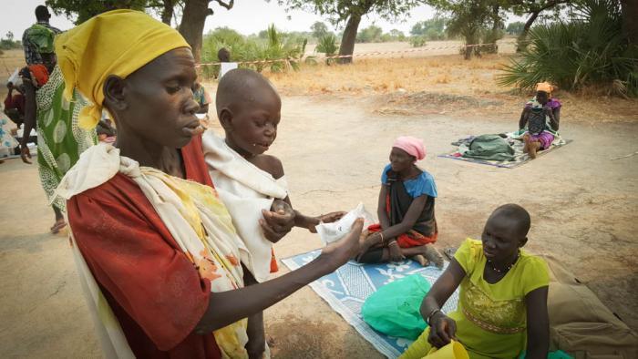UNDERERNÆRING: Tobarnsmoren Roda kom til vår mobile klinikk. Begge barna led av underernæring, skabb og infeksjoner. Foto: Nicolas Peissel