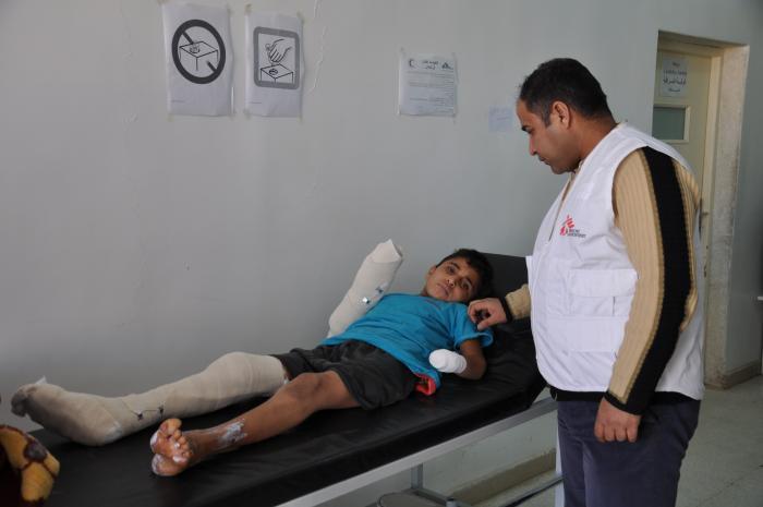 GIKK PÅ EN MINE: En sykepleier fra Leger Uten Grenser står ved siden av en gutt som ble skadet av en mine i Kobane. Bildet er fra Kobane sykehus den 23. januar 2017. Foto: Jamal Bali