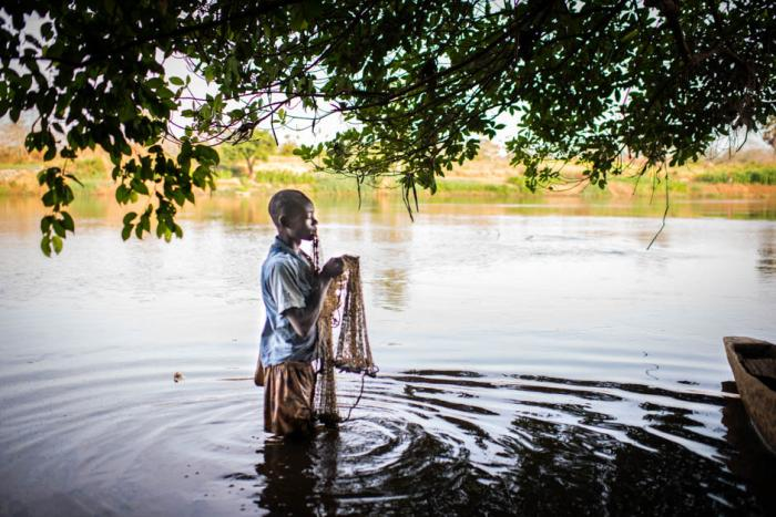 FISKER: Jordy (16) er fisker i Ouakaelven. Han sluttet på skolen som 10-åring, da faren hans ble skutt. Alle foto: Colin Delfosse/Out of Focus