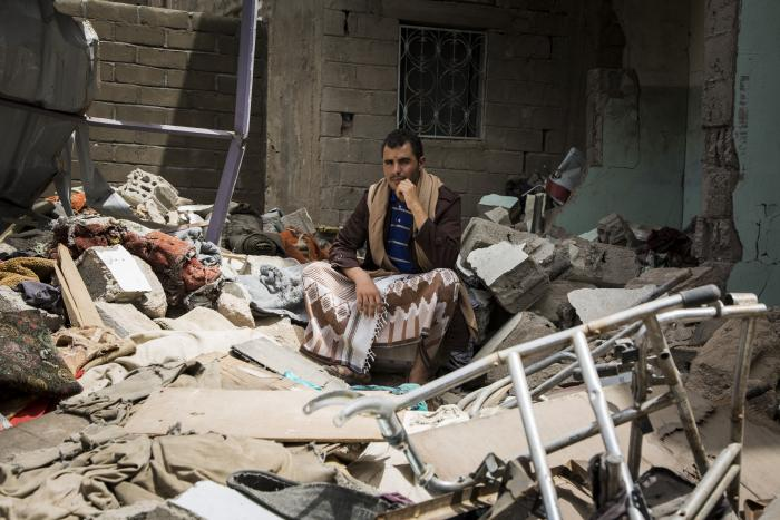 Faez Nasr sitter i ruinene av det som pleide å være huset til familien. Foto: Florian Seriex