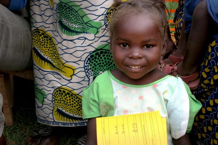 VAKSINERT: En liten jente holder stolt på sitt nye vaksinasjonskort. Hun bor i  Lobaye i SAR, et område hvor svært få er vakinert. Foto: Sergio Ferrer