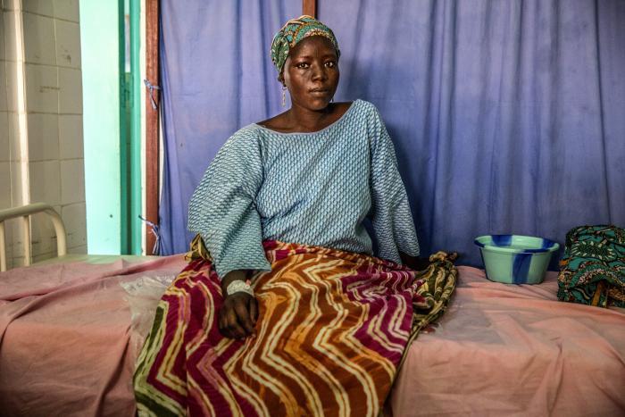 FANGET: Kaka (25) får behandling ved mor-barn-klinikken i Diffa. Hun og familien ble fanget av Boko Haram. Døtrene hennes har ennå ikke blitt løslatt. Foto: Juan Carlos Tomasi/ Leger Uten Grenser