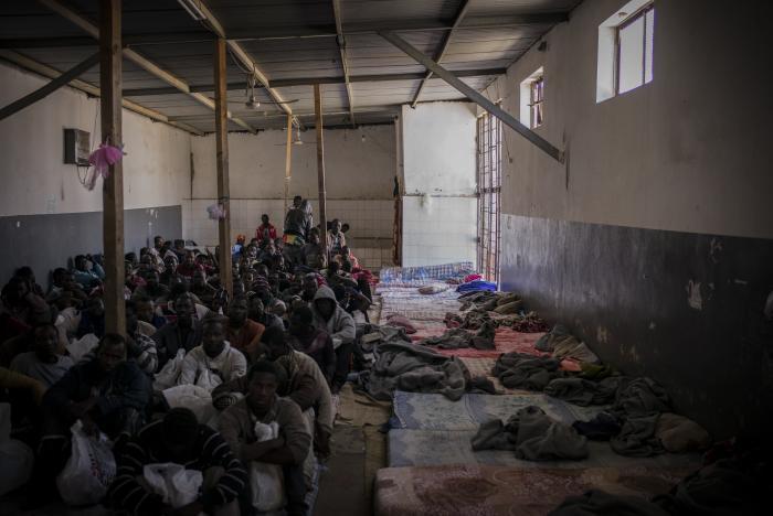 LUKKET MOTTAK: Menn i det lukkede Abu Salim mottaket i Tripoli, Libya. Foto: Guillaume Binet/Myop