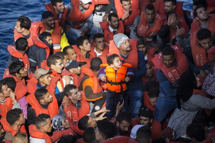 Middelhavet: Mennesker i en trebåt reddes opp på Leger Uten Grensers båt Vos Prudence 9. juni 2017.