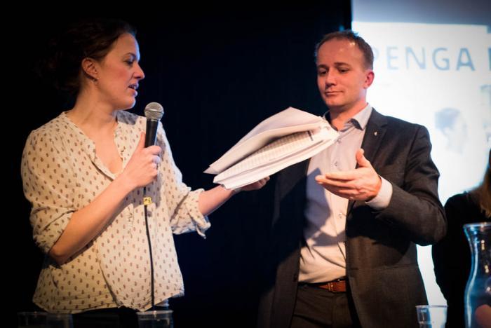 Karine Nordstrand, president i Leger Uten Grenser, overleverer over 11.000 underskifter til statssekretær Frode Hestnes (FrP) i Helse- og omsorgsdepartementet.
