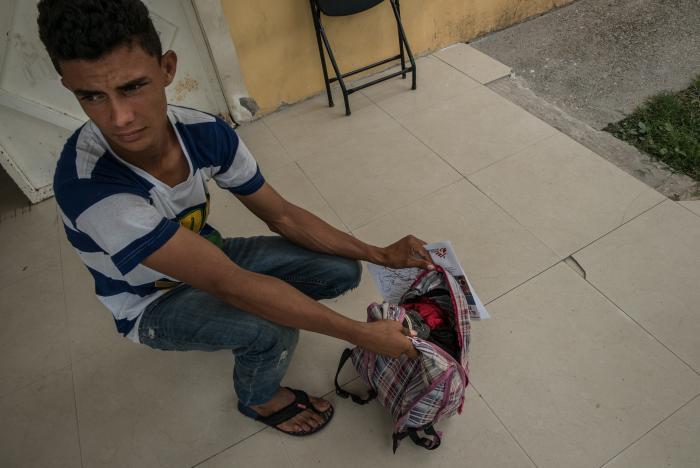 PÅ FLUKT: Victor (20) fra Honduras har akkurat kommet til Tenosique i Mexico. Gjenger i hjemlandet drepte onkelen hans, og tvang Victor på flukt. Victor gikk gjennom skogen i tre dager uten penger for å komme til Mexico, med bare noen klær, tannkrem og en mobiltelefon i sekken.